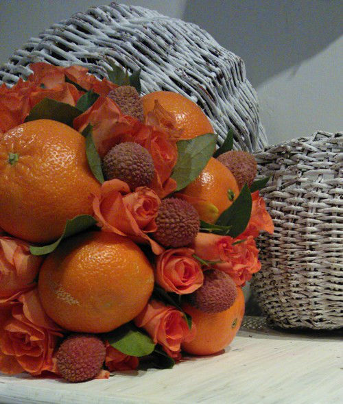 oryginalny bukiet w pomarańczowych barwach z różyczkami,mandarynką i owocem liczi