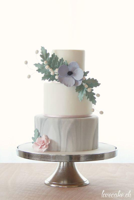lovecake.ch Hochzeitstorte mit Marmoreffekt und Zuckerblätter