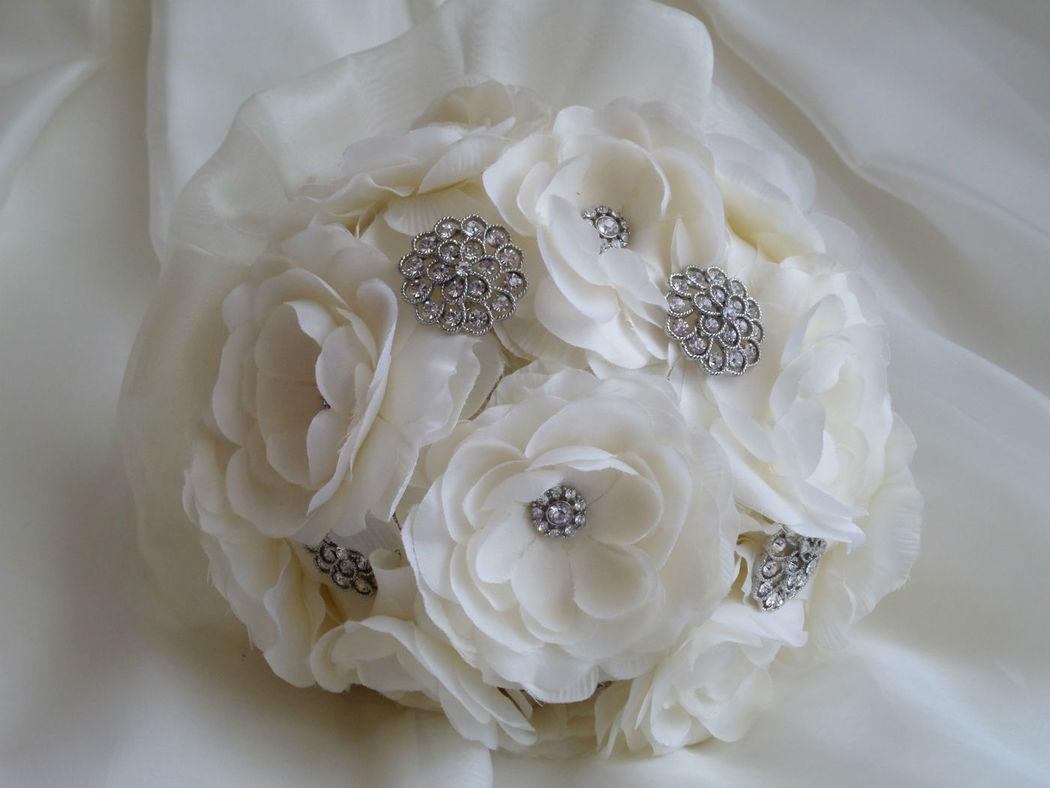 Bouquet de flores de organza y broches