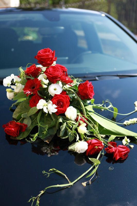 Beispiel: Blumenschmuck für das Hochzeitsauto, Foto: Blumen Eppinger.