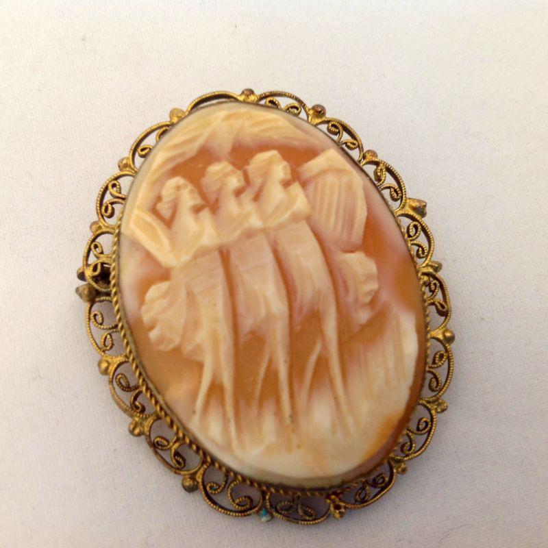Camafeo de nácar que puede usarse como colgante, representa tres musas. Años 60.