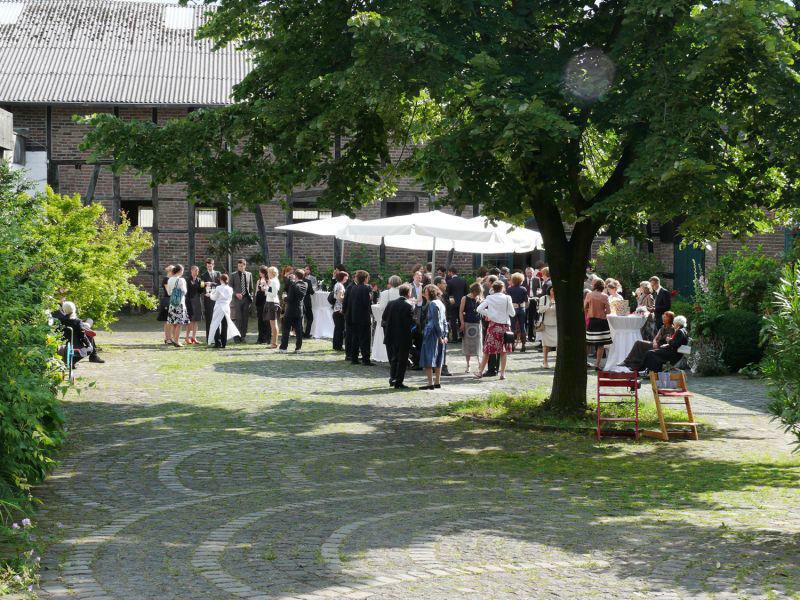 Beispiel: Innenhof - Hochzeitsgesellschaft, Foto: Nothenhof.