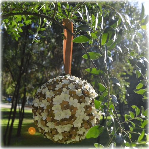 Pelota floral colgante para decorar interiores o exteriores, disponibles en diámetros de 10, 15 o 20 cm.