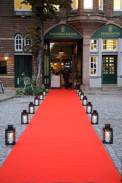 Beispiel: Eingang mit rotem Teppich, Foto: Wasserschloss Speicherstadt.