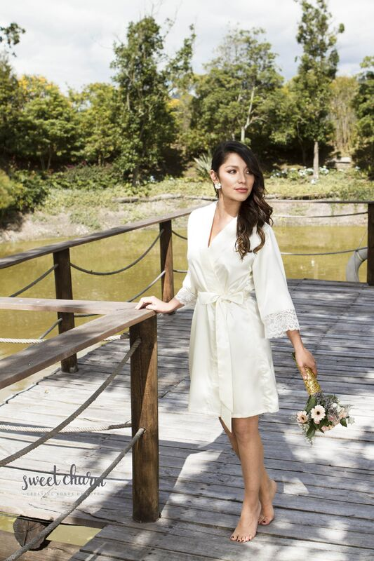 Algunas de nuestras batas que van en los kits.  (Bata Alma Romantica marfil). Puedes encontrar mas batas en la sección accesorios para novias http://www.zankyou.com.co/f/sweet-charm-creating-bonds-of-love-accesorios-549915