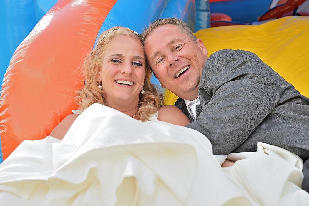 het bruidspaar ging ook even van de glijbaan, een super leuk moment om dan vast te leggen, ze stralen!