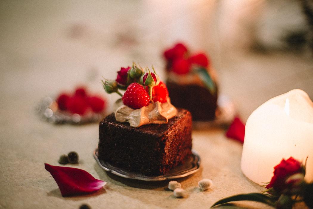 Mini bolos de chocolate negro com framboesa  Foto: ninho