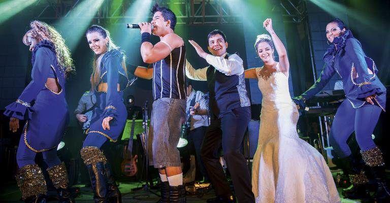 Maria Cecília e Rodolfo se divertindo junto com a Banda Santa Esmeralda.
