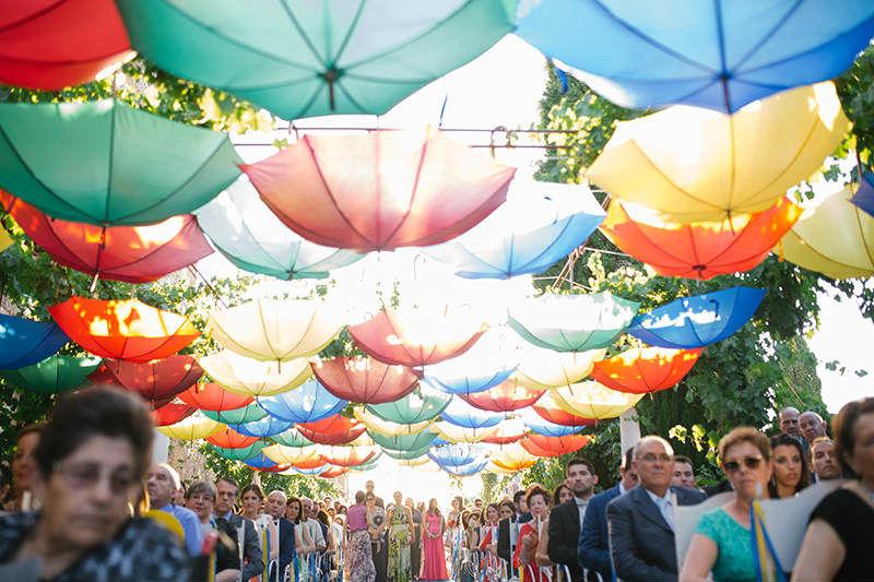 Ceremonia civil con paragüas vista de los novios