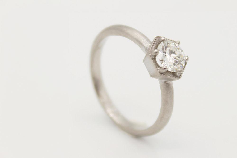 Solitario oro blanco 18k mate con diamante de 0,34 puntos