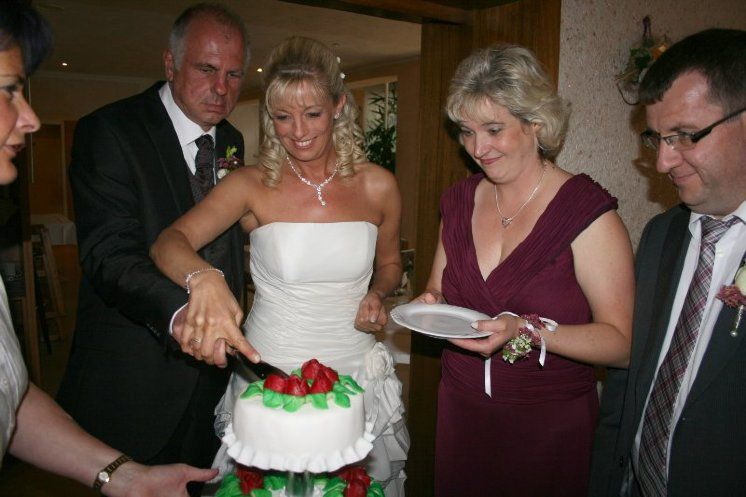 Beispiel: Anschneiden der Hochzeitstorte, Foto: Restaurant Liebesquelle.