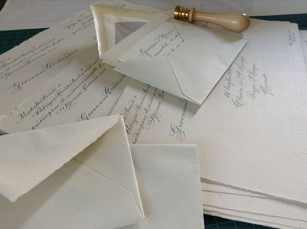 Il Calligrafo - Inviti su carta Fabriano vintage manoscritti in verde, sigillo avorio.