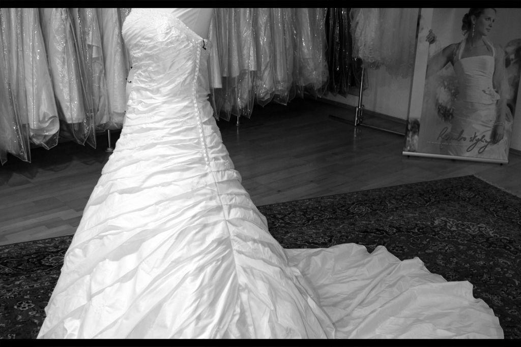 Beispiel: Brautkleid, Foto: Haus der Braut.