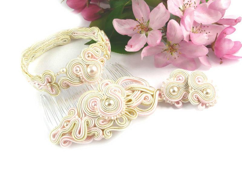 Małgorzata Sowa - PiLLow Design, Biżuteria ślubna sutasz. Romantyczny komplet z perłami; delikatne sztyfty, bransoletka oraz grzebień do włosów, melanż kolorów ivory, ecru oraz delikatnego, pudrowego różu.