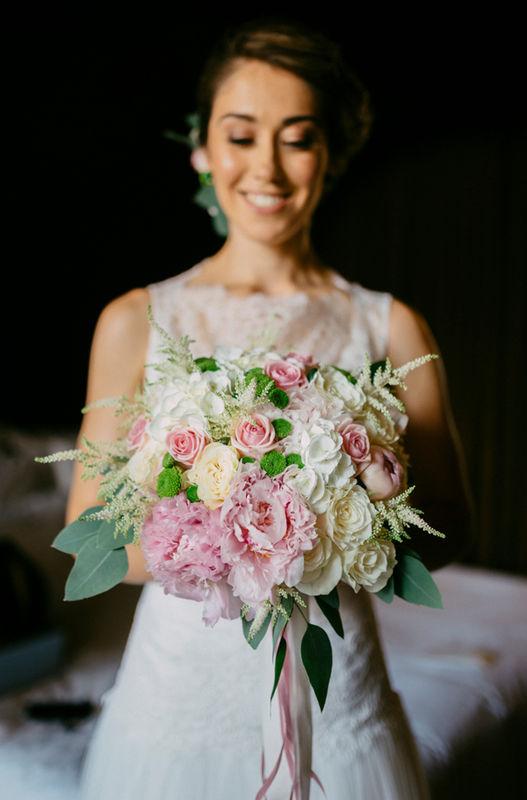 Bouquet de Noiva em tons de marfim, branco, rosa e verde natural