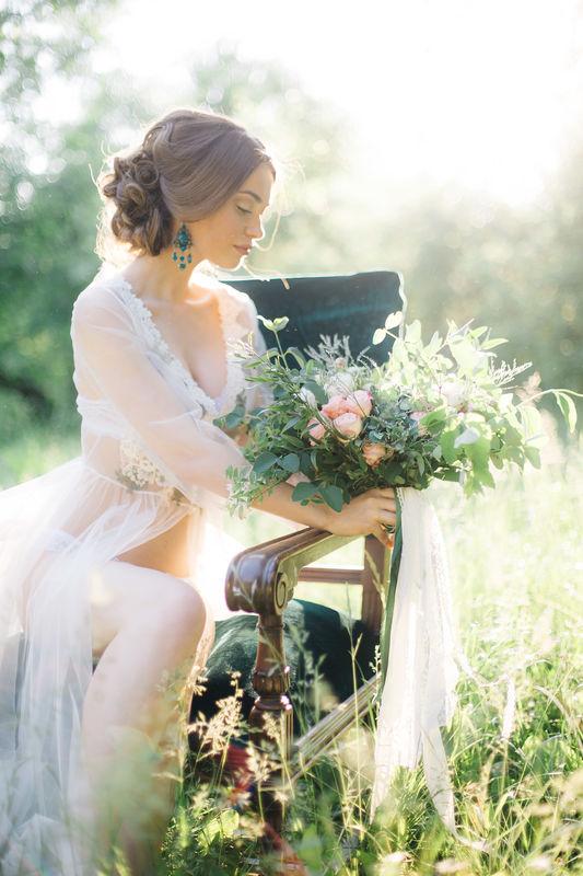 Светлана .Низкий ,немного небрежный пучок стал фаворитом невест 2015года