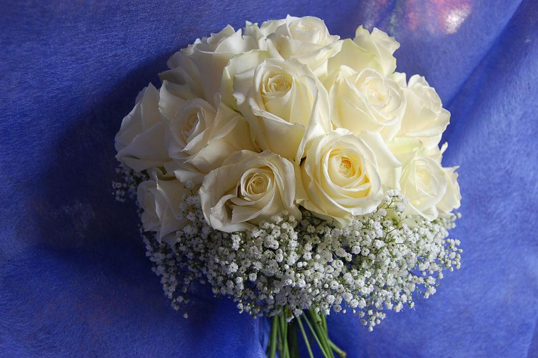 Bouquet Sposa compatto con rose bianche e gypsophila esterna.