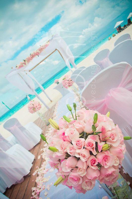 Hermosos gazebo de bambu con telas blancas y rosas en color baby pink.