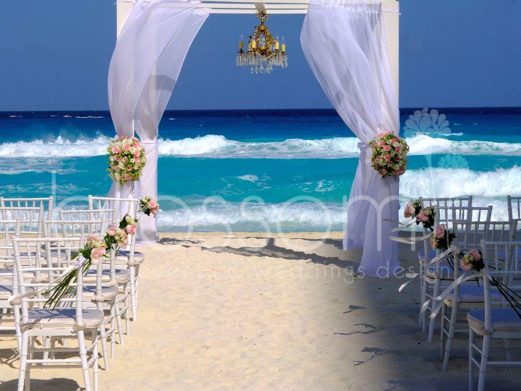 Gazebo de madera con hermoso candelabro antiguo. Perefecto para boda en playa