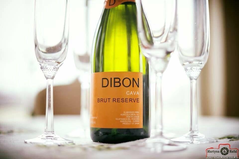 Hiszpańskie wino musujące D.O. Cava - elegancki sposób na rozpoczęcie bankietu.