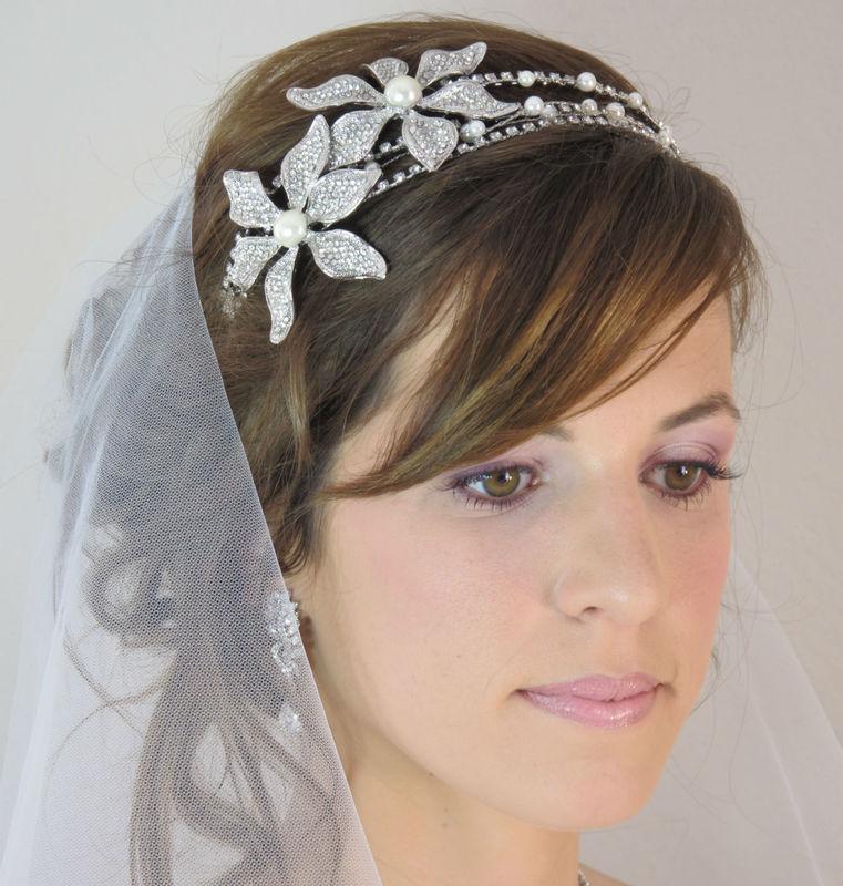 Tiare mariage diadème coiffure mariée cristal - Reine Un diadème de mariage exceptionnel avec sa triple barre métal ornée de cristaux et d'un motif floral incrustée de cristal et de perles ivoire.