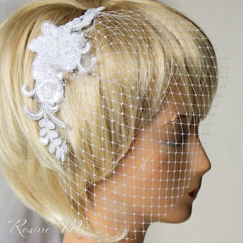 Beispiel: Netzschleier mit Spitze und Perlen, Foto: Rosine M. Brautaccessoires.