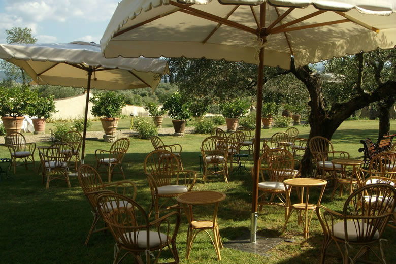 A tea party in de garden at Villa Medicea di Lilliano
