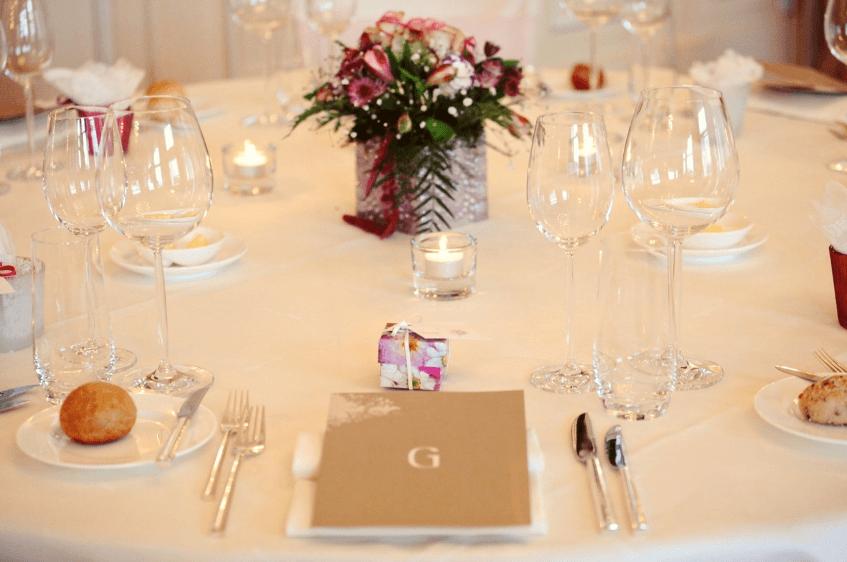 Beispiel: Hochzeit im Chateau Gütsch - Tischdekoration, Foto: OGI - EVENTS.