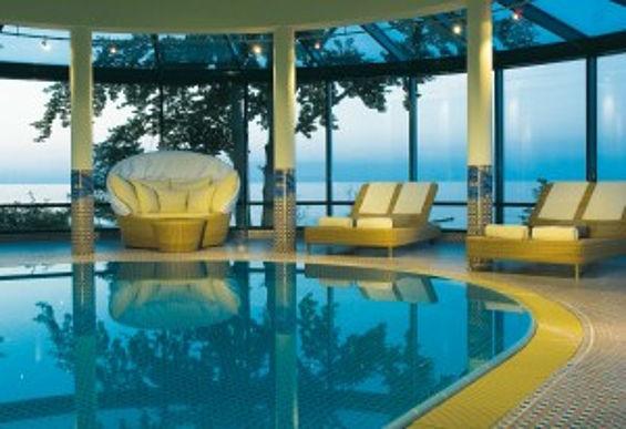 Beispiel: Indoor-Poollandschaft, Foto: Travel Charme Strandhotel Bansin.