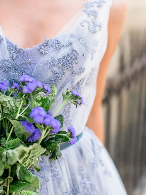 Оригинальное свадебное платье пепельно-голубого цвета, способное очаровать с первых минут.