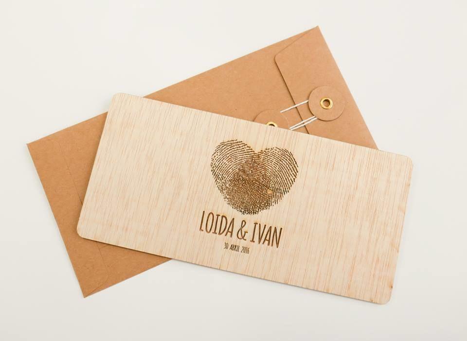 Invitaciones grabadas sobre madera.