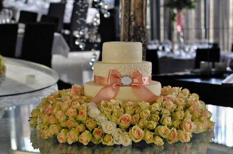 Bolo de casamento com flores verdadeiras.