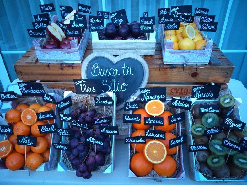 Seating plan con frutas de La Lola se Va de Boda