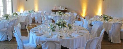 Beispiel: Hochzeitsgedeck im Kapellsaal, Foto: Gut Sonnenhausen.