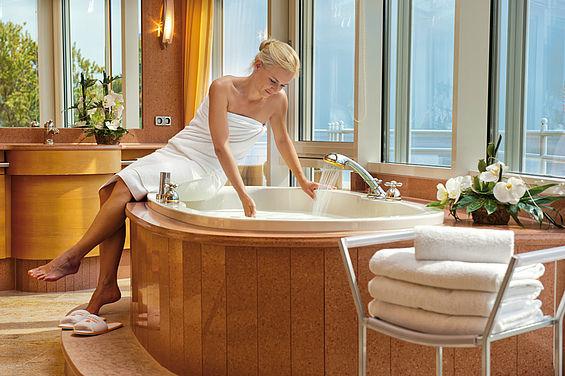 Beispiel: Whirlwanne in den Penthousesuiten, Foto: Travel Charme Strandhotel Bansin.