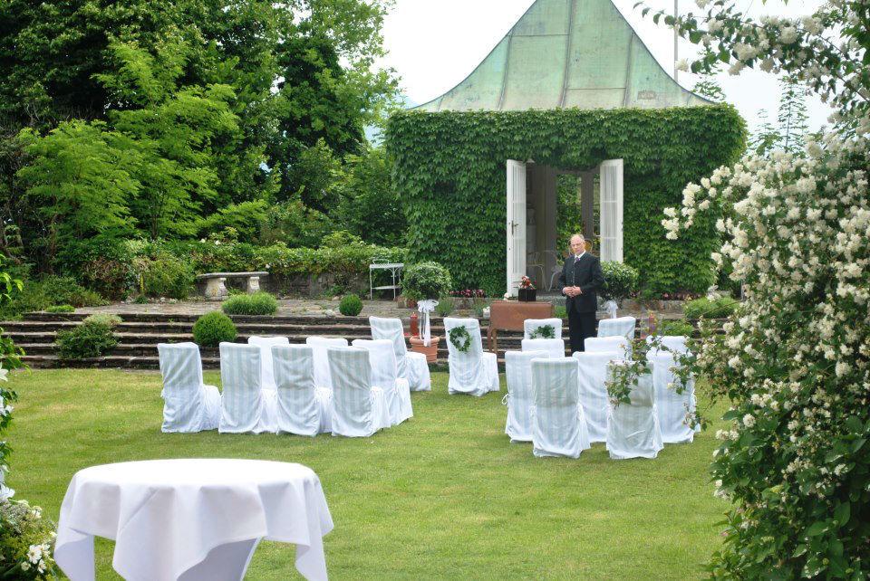 Schlosspark - standesamtliche Trauung im Freien mit Blick über die Mozartstadt, Foto: Hotel Schloss Mönchstein.
