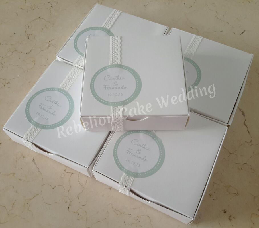 Cajitas diseñadas exclusivamente para los novios, según la torta y la decoración del evento.