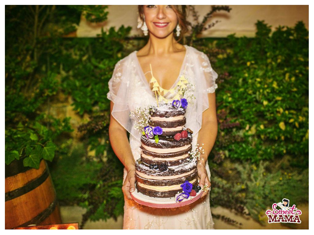 Tarta RUSTIC NAKED. Una opción ideal para una boda rústica en el campo, con relleno a la vista y flores frescas. Foto: Sara Lázaro.