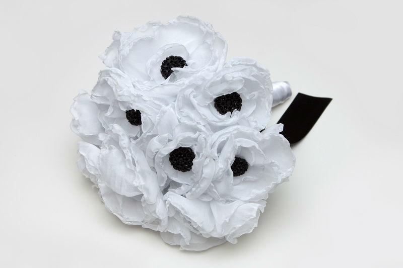 ramo de novia de peonías de tela y botones labrados negros