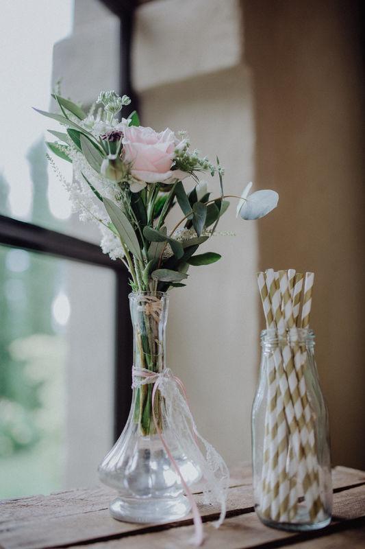 Mini-Bouquet in Vintage Vase als Limobar Deko Foto: Julia & Gil Hochzeitsfotografie