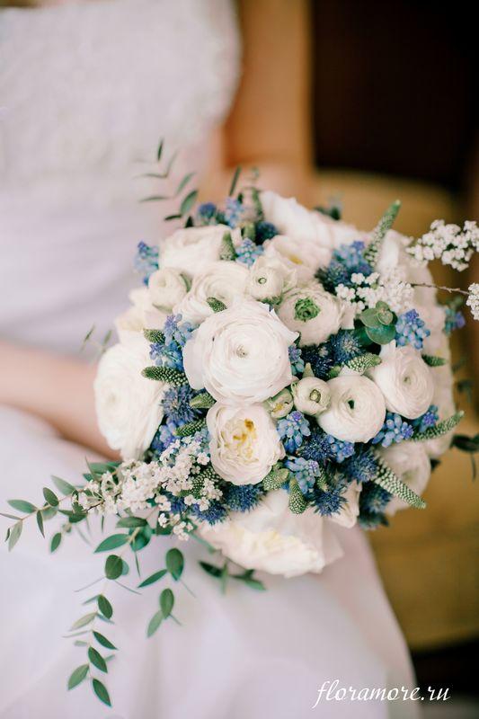 Бело-синий букет невесты с ранункулюсами Флорист Кристина Каберне Фото Ирина Климова