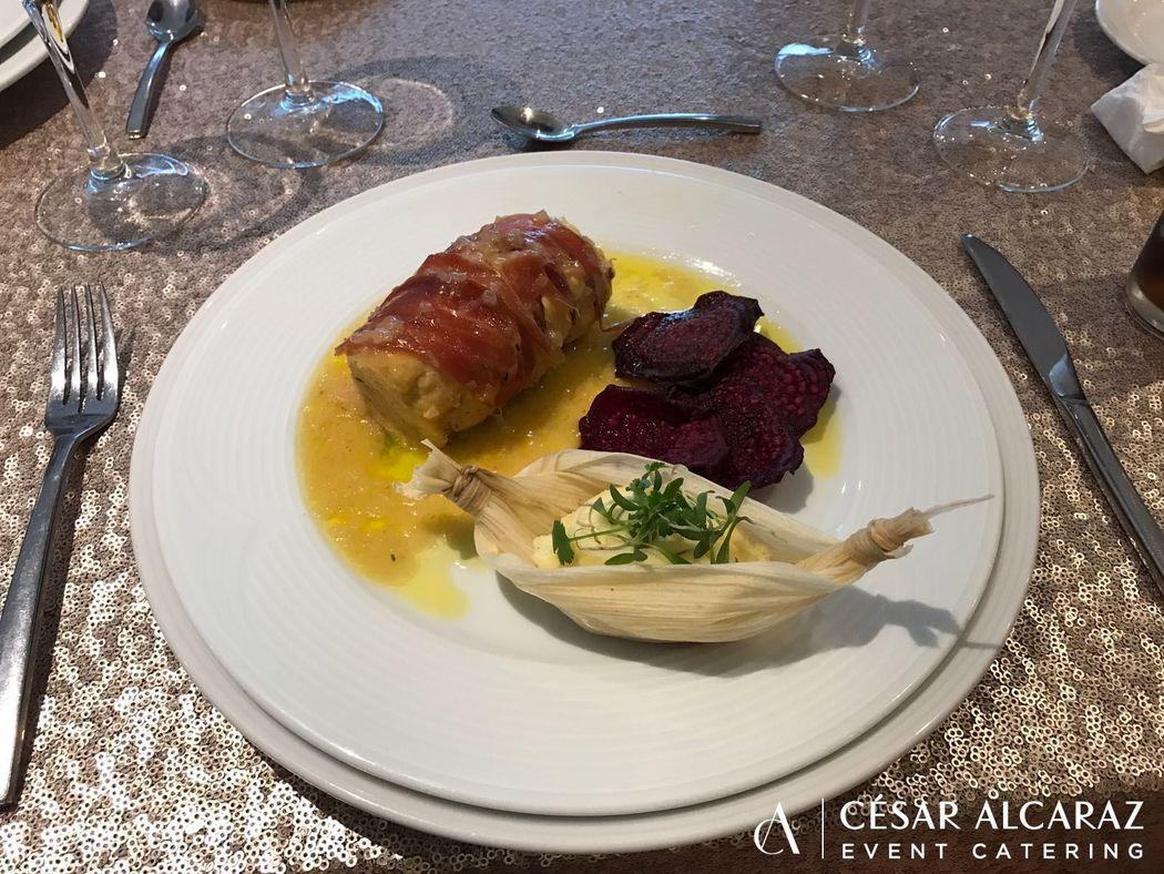 Rollo de pollo en jamón Serrano con crujiente de betabel y puré de papa