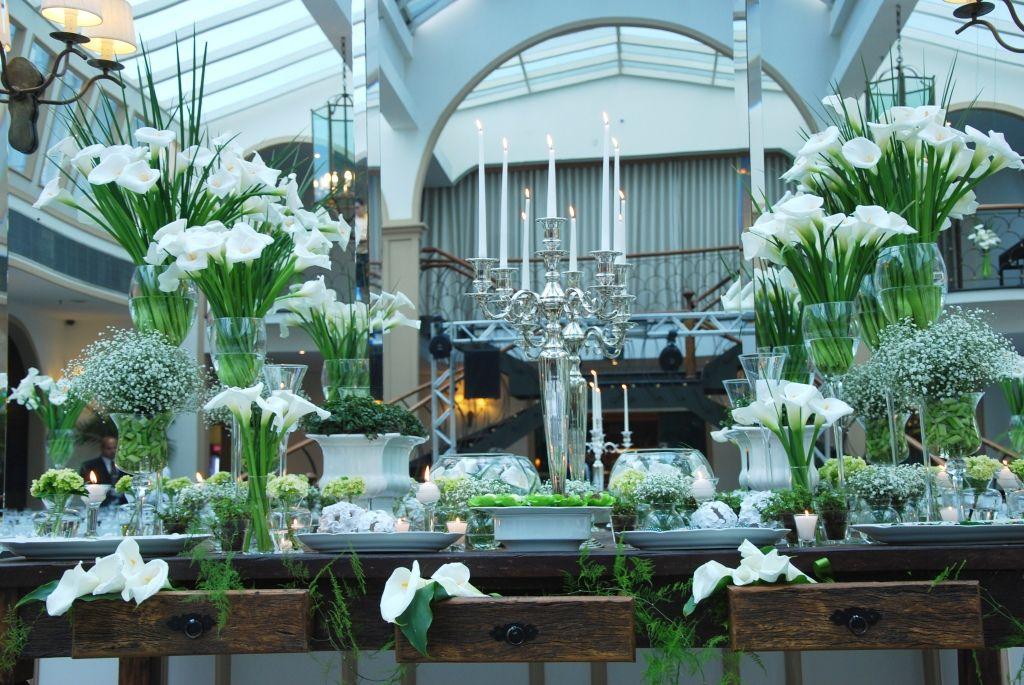 Casamento Mesa de Doces decoradas com Copos de Leite