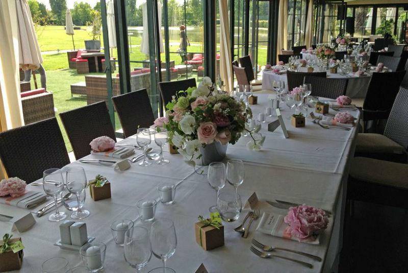 Fleurs, Fruits, Feuillages Centre de table allongé pour la table ovale des Mariés  www.fleurs-fruits-feuillages.fr