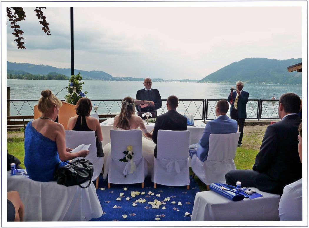 Klassisch-sakrale Trauzeremonie mit  dem herrlichen Ausblick auf den See. Foto: Zeitlose Zeremonie