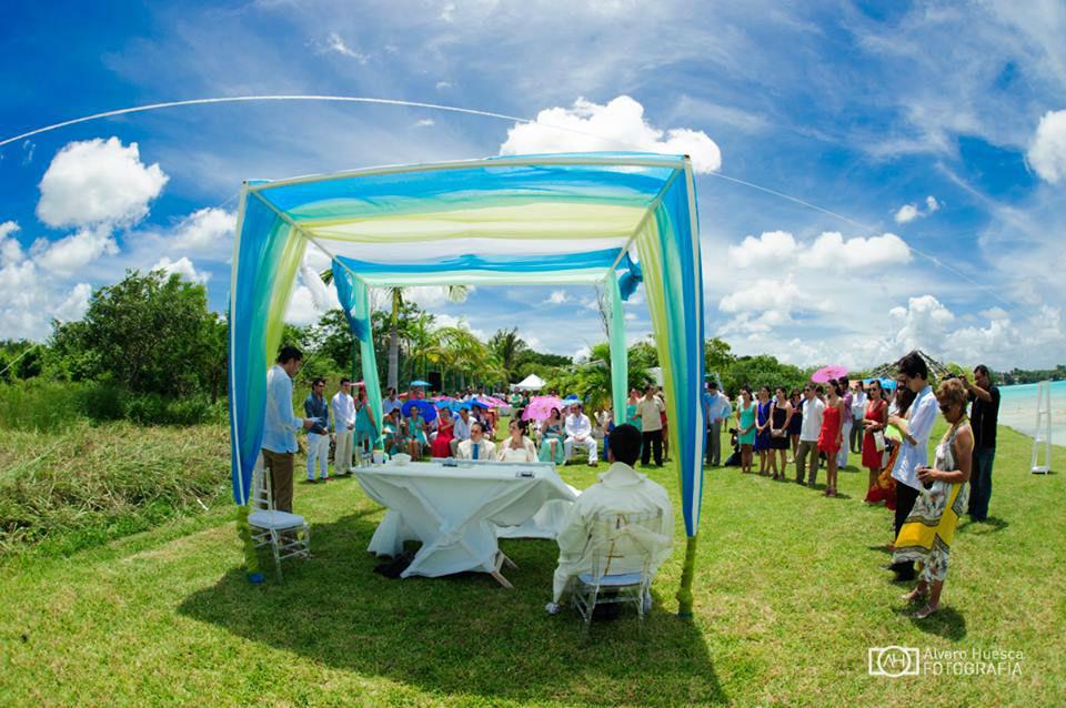 Celebración a la orilla de la Laguna de Bacalar