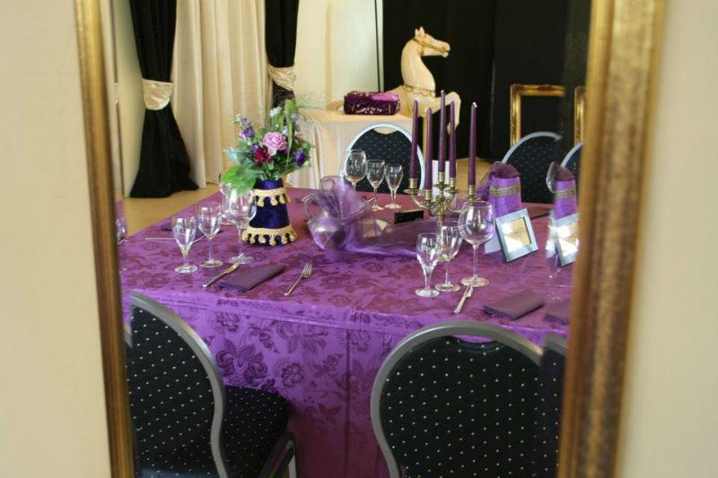 Beispiel: Hochzeitsgedeck Variante violett, Foto: Hofgut Bergerhof.