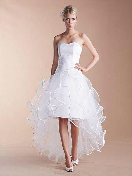 Beispiel: Hochzeitskleider, Foto: Liluca.