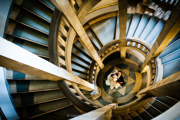 Beispiel: Brautpaar unter der Treppe, Foto: Georg Rekas.
