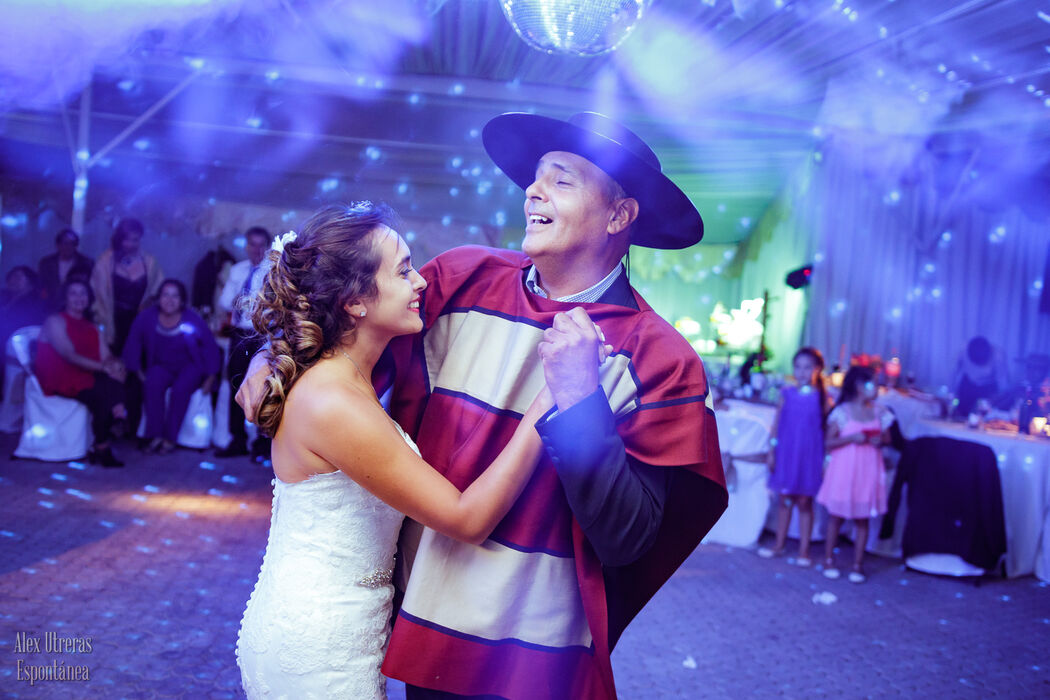 Vals lleno de emoción de la novia junto a su padre.
